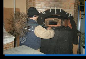 Tra i servizi degli spazzacamino c'è anche la pulizia del forno