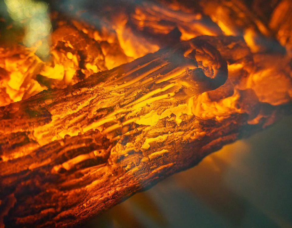 Come accendere il fuoco nel camino senza rischi