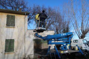 Fano, Gli Spazzacamino lavorano in sicurezza dal cestello per un intervento dal tetto