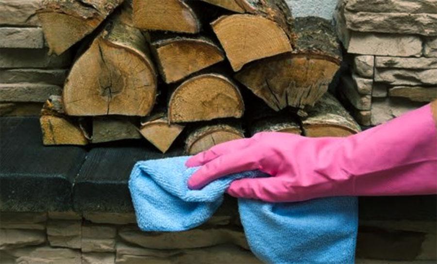 pulire la fuliggine passando una spugna utilizzando i guanti