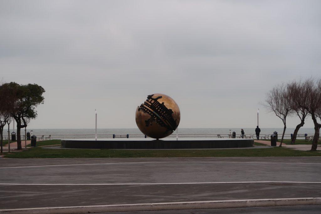 La palla di Pomodoro a Pesaro