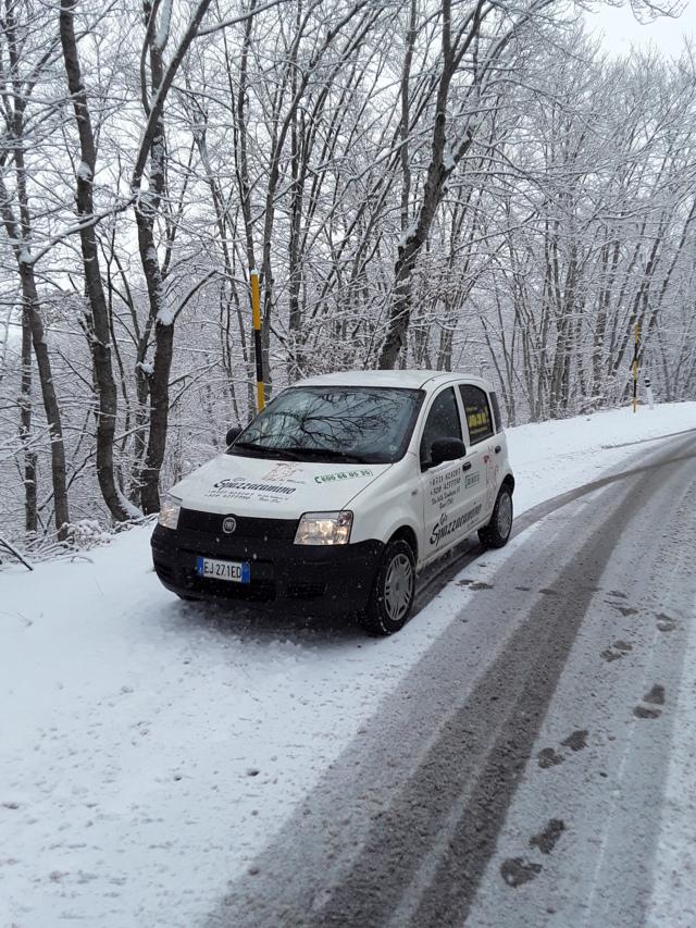 Gli Spazzacamino di Manlio, con la loro macchina a Campo di Giove in provincia dell'Aquila nonostante la neve