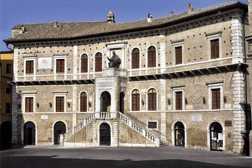 Il palazzo del comune di Fermo