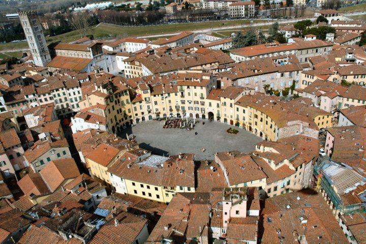 Una foto di Lucca dall'aereo