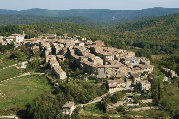 Vista panoramica del borgo di Monticiano