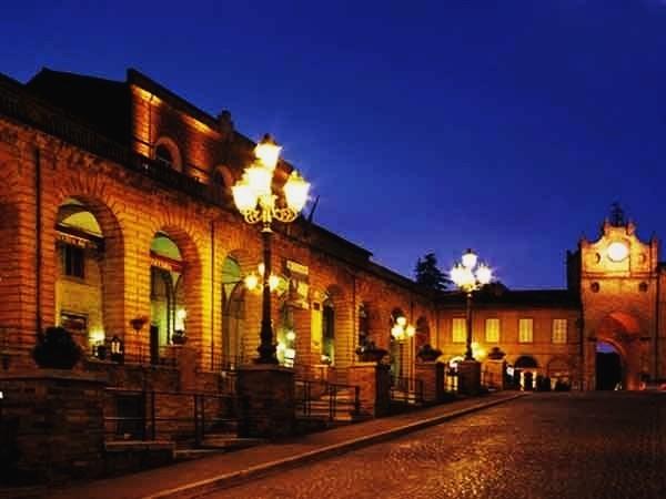 Amandola e la chiesa di San Vincenzo Anastasio in notturna