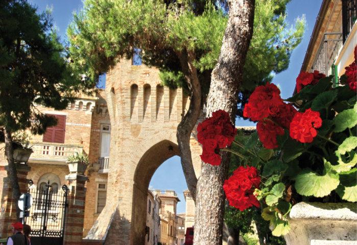 L'arco dell'ingresso del centro storico di Campofilone