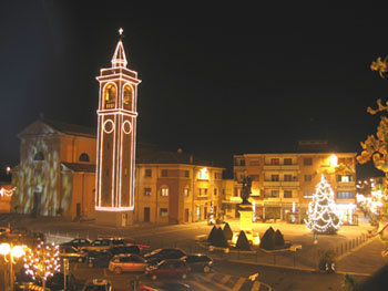 Conselice con la sua piazza foresti illuminata per Natale