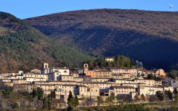 panorama di Fossato di Vico con i monti sullo sfondo
