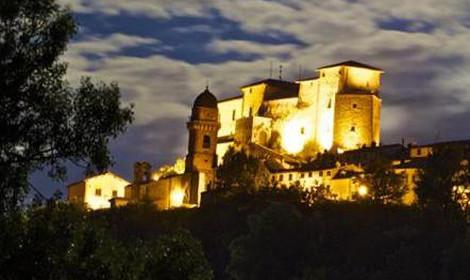 Fontone ed il suo castello di notte illuminato