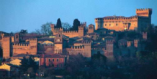 Panoramica notturna del castello di Gradara