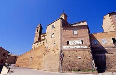 il borgo di Magliano di Tenna e la tabella altimetrica