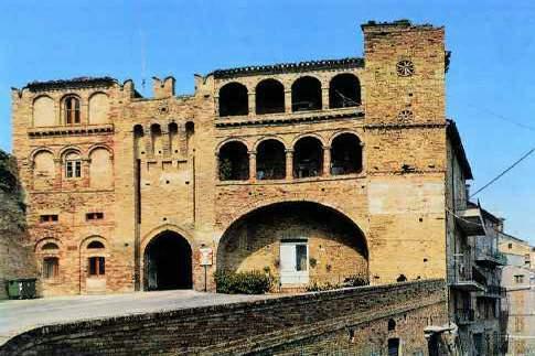 Massa Fermana e la porta del suo castello medioevale