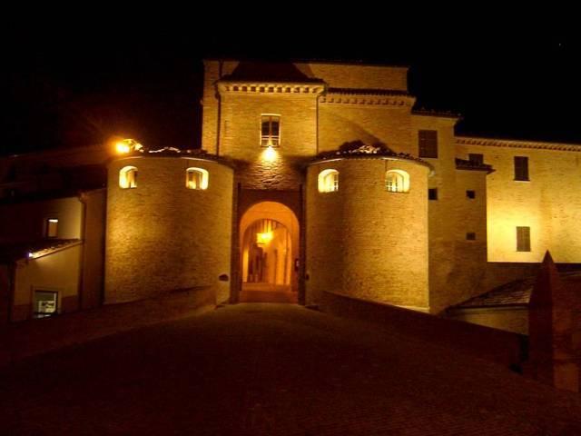 Vista notturna dell'ingresso del castello di Mombaroccio