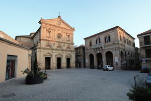 Monte Urano e la chiesa di San Michele Arcangelo e municipio
