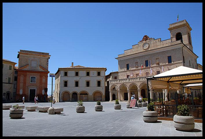 La piazza con il palazzo comunale di Montefalco Appennino