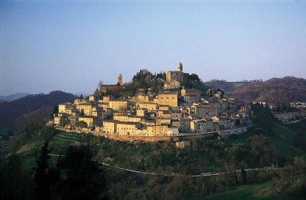 Il panorama del borgo di Montefortino, una foto aerea