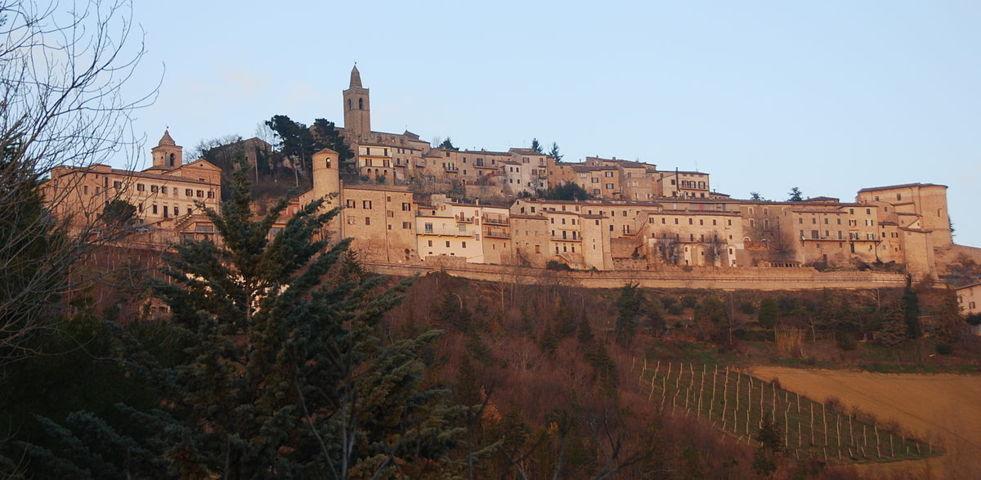Montelparo e la panoramica del borgo al tramonto