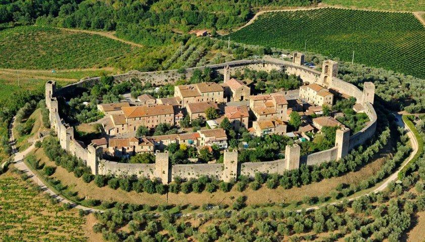 Vista panoramica del borgo con le mura di Monteriggioni