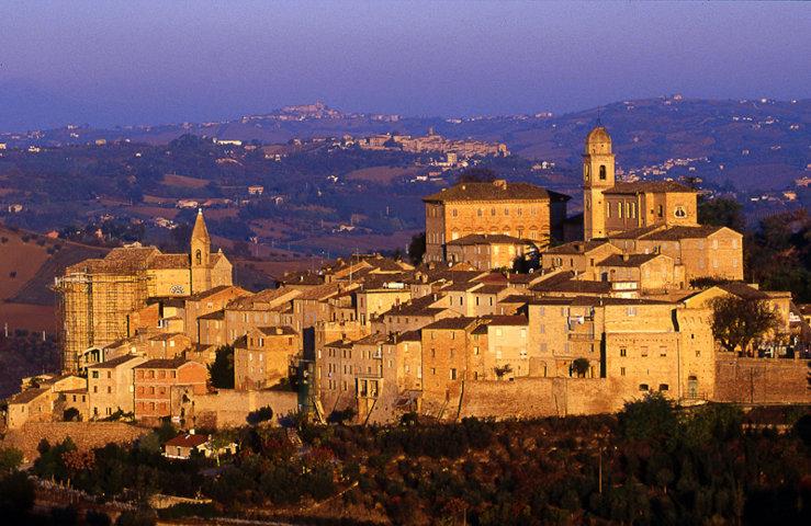 Montottone e il panorama del borgo al tramonto
