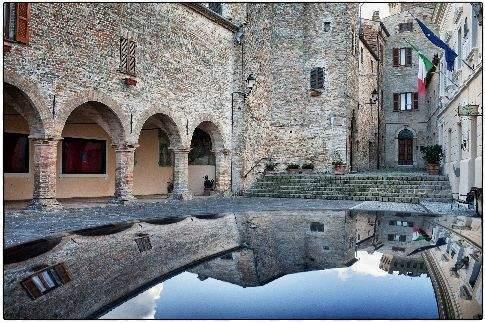 Foto specchiata del centro storico di Moresco