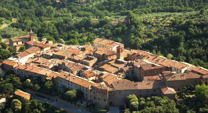 Vista da sopra di Paciano in Umbria