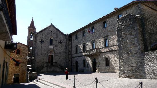 Piazza del borgo di Pietralunga