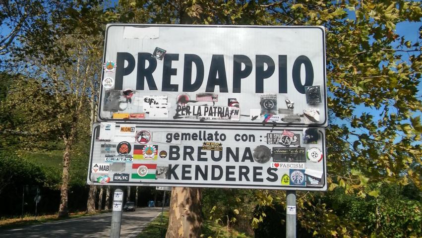 Il cartello stradale di Predappio