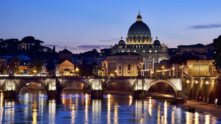 Roma castel San Pietro in notturna con il ponte