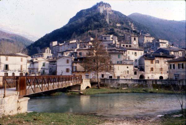 Panorama del borgo con il ponte sul fiume nera di Scheggino