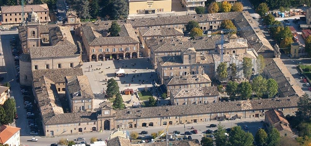 La piazza di Servigliano, una panoramica aerea
