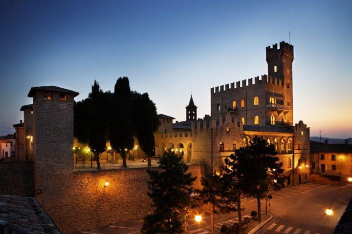 L'esterno del castello di notte di Tavoleto