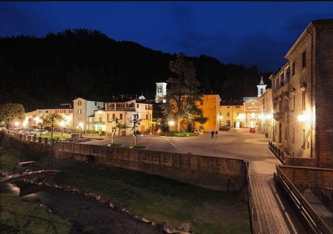 La piazza Vespignani di notte di Tredozio