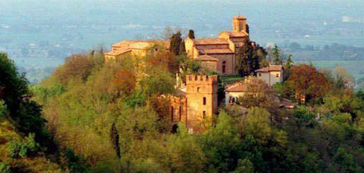 Il borgo di Valsamoggia sulla collina