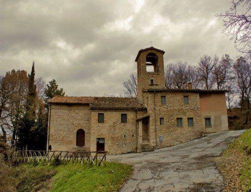 Nemi e la chiesa di Santa Maria Assunta nel comune di Fiordimonte