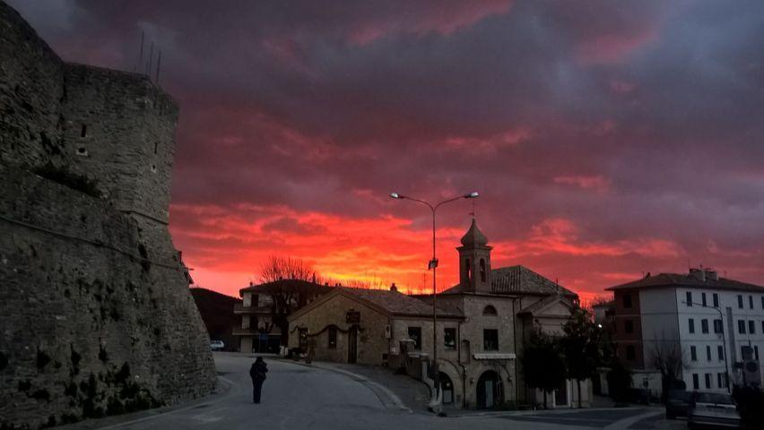 Un'alba infuocata di Apiro