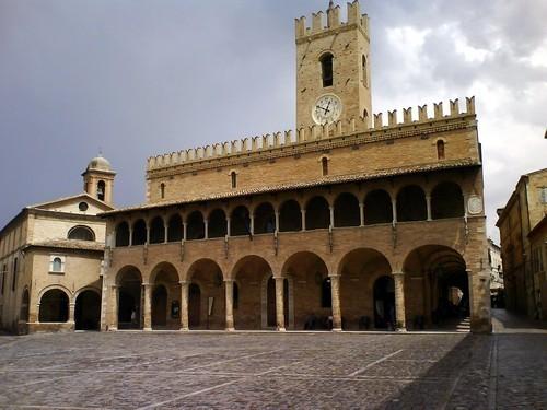 La piazza e la chiesa di Appignano del Tronto