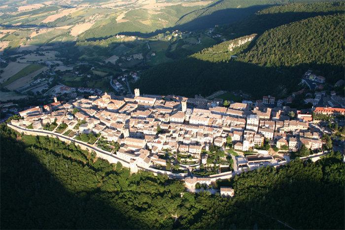 Una vista panoramica dall'alto di Arcevia