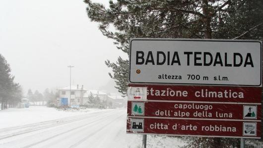 Il cartello stradale di Badia Tedalda innevata