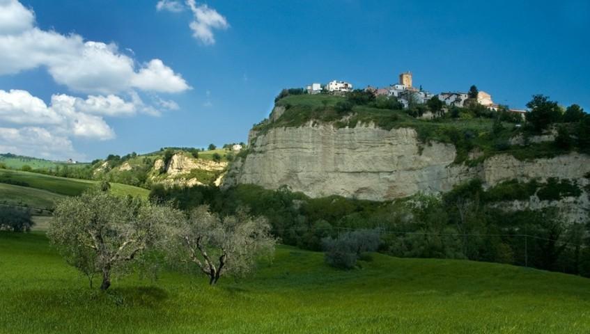 Panorama con vista dal basso del borgo di Bellante