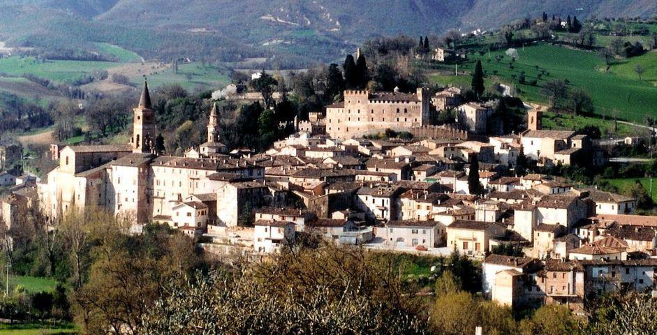 Un'immagine panoramica del borgo di Caldarola