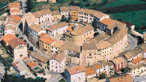 Una vista dall'alto del borgo di Camerata Picena