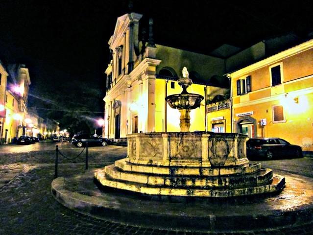 Uno scorcio di notte della piazza di Canino