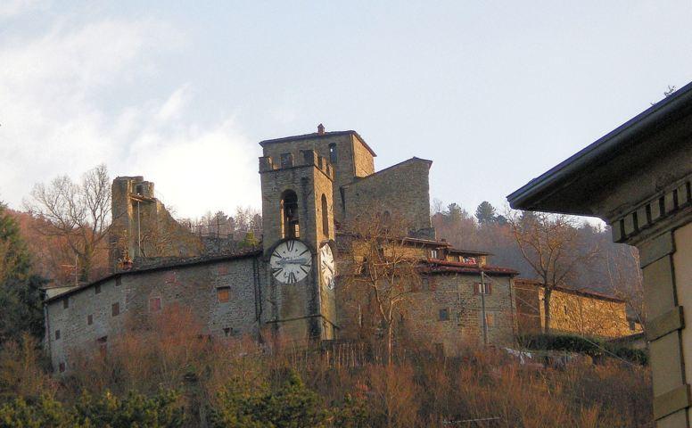 Il castello con la torre dell'orologio di Castel San Niccolò