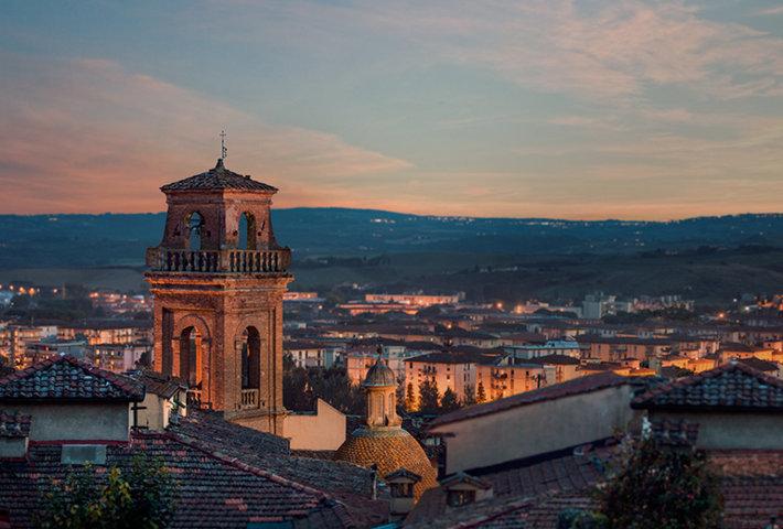 Uno scorcio al tramonto del borgo antico di Castelfiorentino
