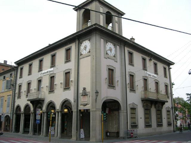 Il palazzo con la torre dell'orologio di Castelfranco Emilia