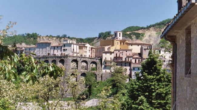 Il panorama di giorno del borgo di Castelli