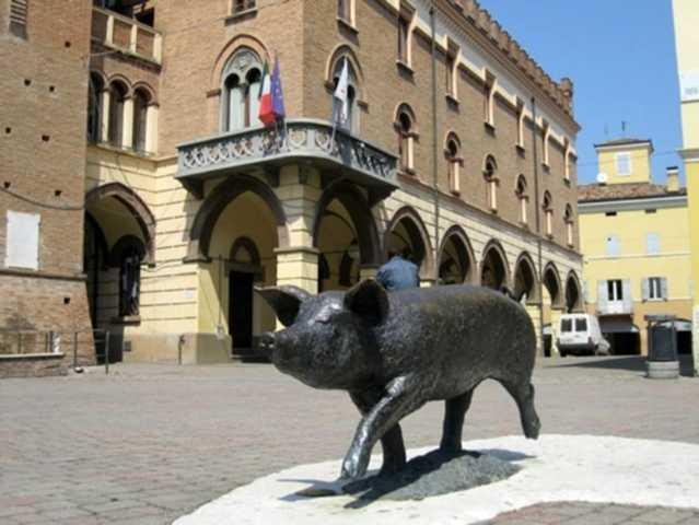 La statua del Maiale ed il palazzo comunale di Castelnuovo Rangone