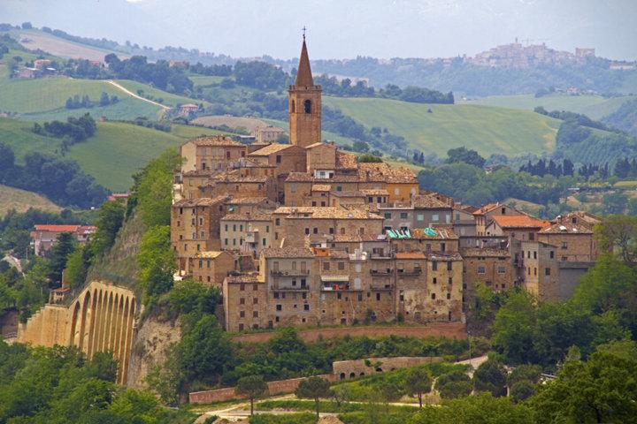 Il panorama del borgo di Castignano
