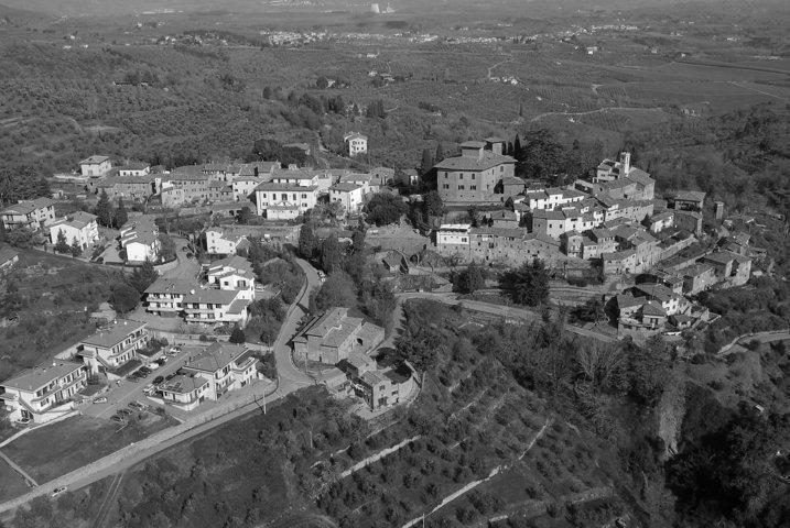 Un afoto in bianco e nero del panorama del borgo di Cavriglia